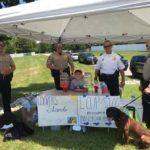 Un garçon ouvre un stand de limonade pour aider un pompier victime d'une fusillade