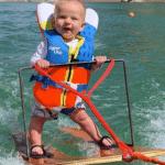 Un bébé de 6 mois fait du ski nautique et crée à la fois joie et polémique
