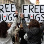 Covid-19 : contre la distanciation physique, la secte Raël prône les «câlins gratuits»
