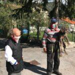 En Italie, les deux seuls habitants d'un village isolé portent le masque