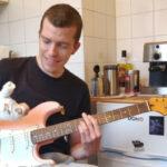 Un musicien perd ses doigts et se fait à l'instant livrer sa première guitare