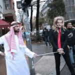 Allemagne : un Youtubeur tient en laisse un faux Emmanuel Macron et le fouette