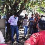 Les habitants d'une ville attachent le maire à un arbre pour une promesse de campagne non tenue