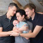 Ce trouple est le premier à inscrire trois pères sur l'acte de naissance de leur bébé