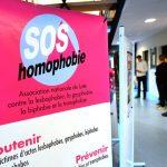 SOS homophobie remplace le mot « femme » par « personne ayant une vulve »