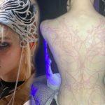 La petite amie d'Elon Musk se fait tatouer des cicatrices d'extraterrestre sur tout le dos